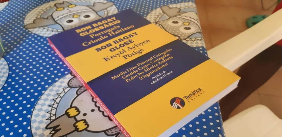 Livro de tradução do crioulo haitiano para o português está na lista dos indispensáveis para a acadêmica — Foto: Cássia Firmino/G1