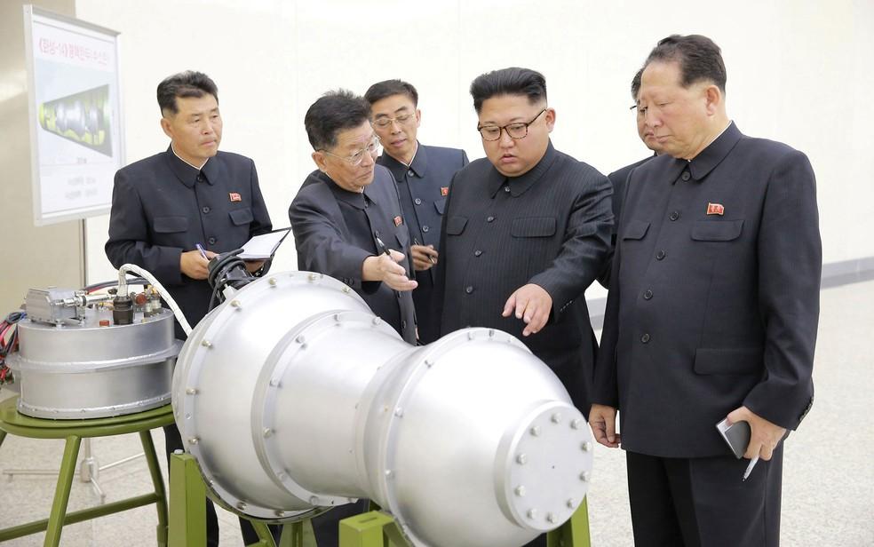 Cientistas norte-coreanos ao lado do ditador Kim Jong-un em foto divulgada em 3 de setembro  (Foto: KCNA via Reuters)