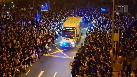 Multidão abre passagem para ambulância durante protesto em Hong Kong
