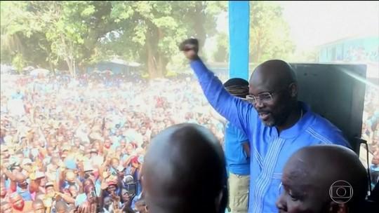 Africano melhor jogador de futebol do mundo é eleito presidente da Libéria