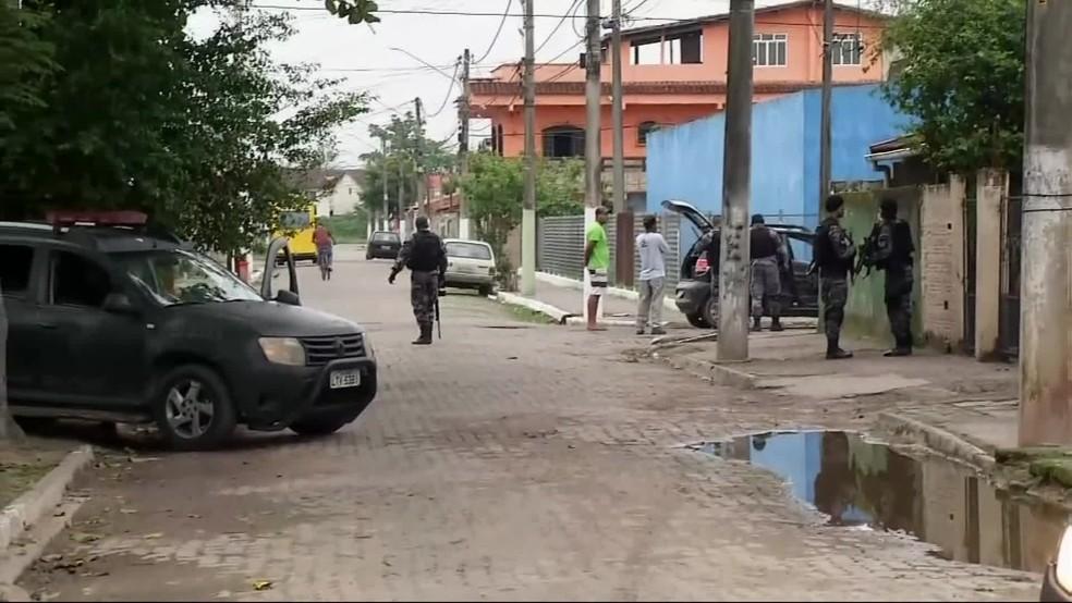 Equipes chegam para cumprir mandados no Sul Fluminense — Foto: Reprodução/TV Globo