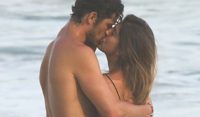 José Loreto troca muitos beijos em dia de praia no Rio