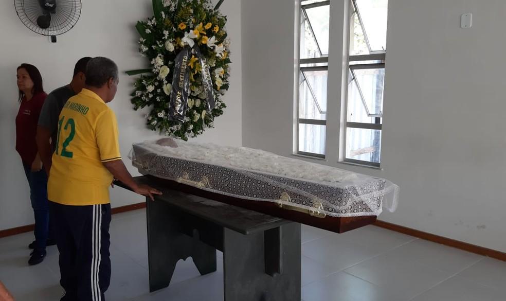 """Ex-jogador Jair Marinho, com o filho, ao lado do caixão de Altair: """"Precisava me despedir do meu melhor amigo"""" — Foto: Sérgio Rangel"""