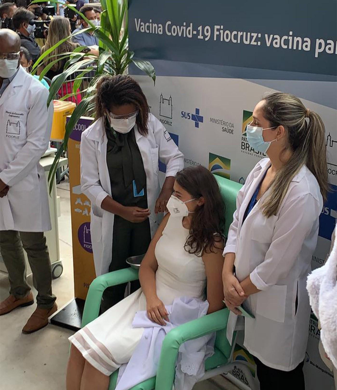 Médica de ascendência indiana que trabalha com pacientes de Covid-19 em Belo Horizonte é uma das primeiras vacinadas no Rio