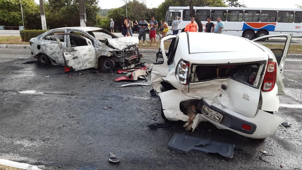 Carro pega fogo em acidente na Roberto Freire, em Natal — Foto: Sérgio Henrique Santos/Inter TV Cabugi
