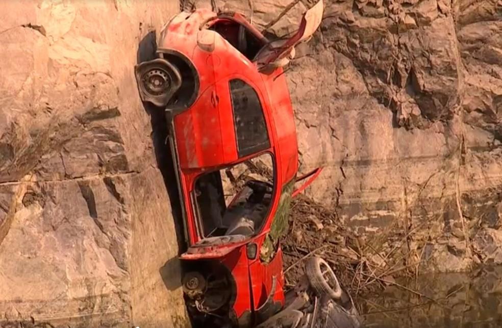 Diminuição do nível de água em pedreira desativada revela carros que estavam submersos em Salto de Pirapora (SP) — Foto: Reprodução/ TV TEM