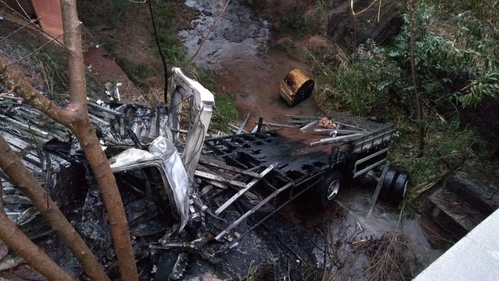 Caminhão caiu em um barranco após bater no guard-rail (Foto: Cesar Evaristo/TV TEM)