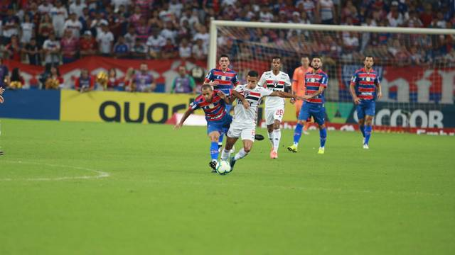 Lance do primeiro tempo entre Fortaleza e São Paulo