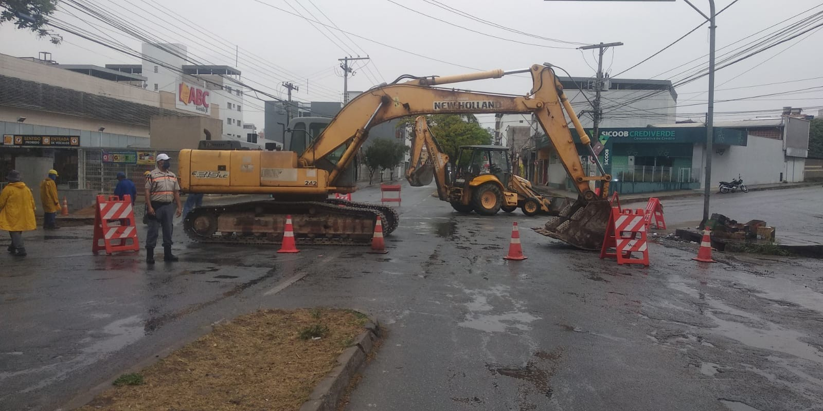 Trecho da Avenida JK fica interditado para obras de drenagem em Divinópolis