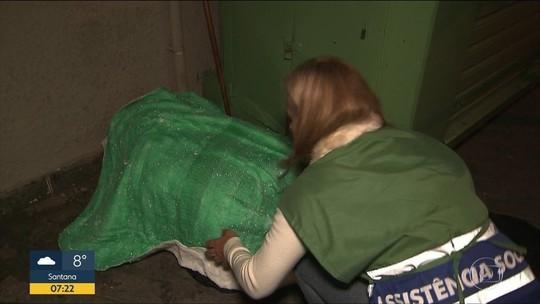 Com frio, morador de rua espera 4 horas para ser atendido em SP