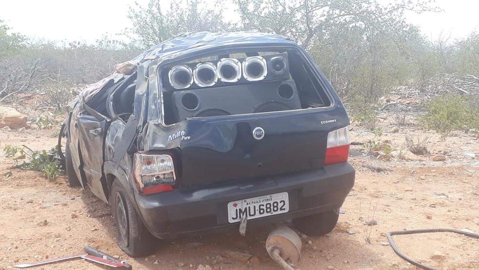 Alexsandro Vitorino dos Santos conduzia o carro, quando perdeu o controle e capotou perto de uma curva.  — Foto: Polícia Militar