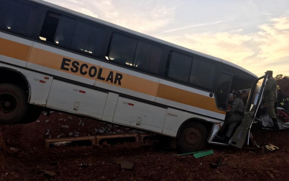 Ônibus escolar sai da pista e deixa ao menos um morto, em Nerópolis (Foto: Divulgação/Corpo de Bombeiros)