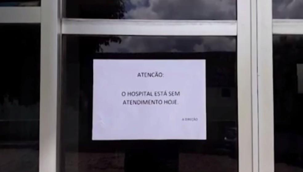 Aviso foi colado na porta de hosítal para informar sobre atendimento suspenso — Foto: Reprodução/TV Santa Cruz