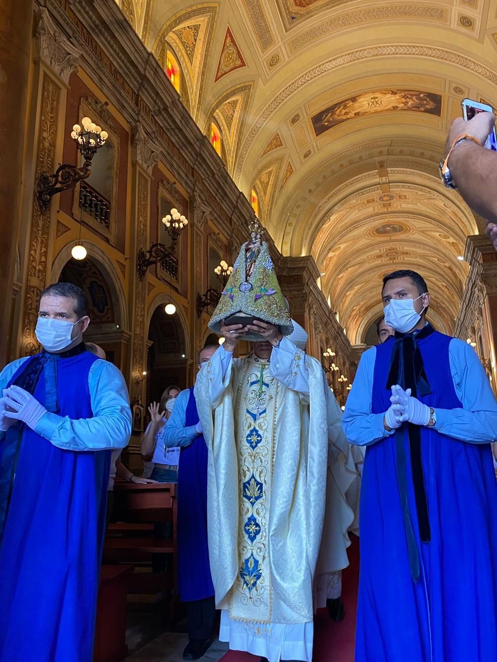 Círio 2021: Imagem de Nossa Senhora de Nazaré deixando a Catedral da Sé antes de sobrevoo sobre Belém — Foto: Brenda Rachit/G1