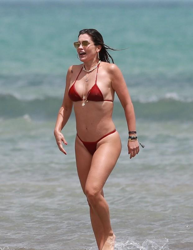 Flávia Alessandra e em praia em Jericoacoara (Foto: Agnews)