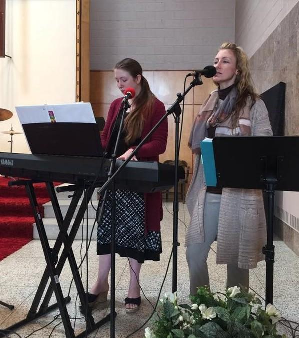 Crystal (à direita) pregando na sua igreja no estado de Nova York