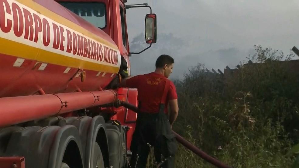 Corpo de Bombeiros trabalhou no combate das chamas na fábrica de material reciclável até às 6h30 desta terça-feira (8) — Foto: Reprodução/TV Paraíba