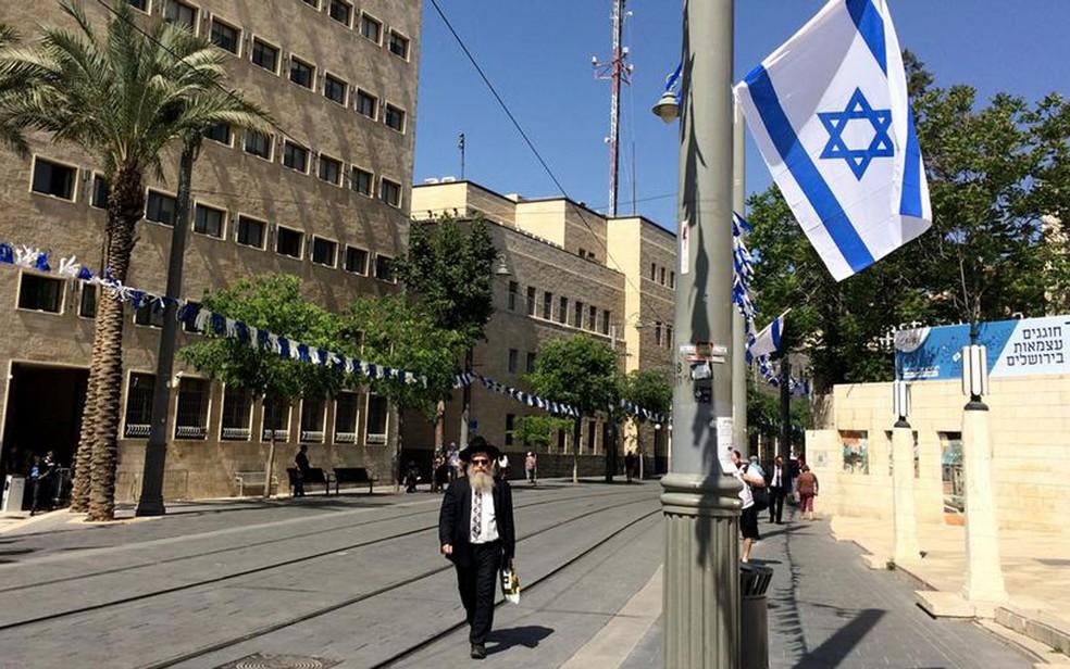 Na rua Jaffa, em Jerusalém, bandeiras são penduradas em preparação para as comemorações do jubileu israelense (Foto: DW/T. Krämer)