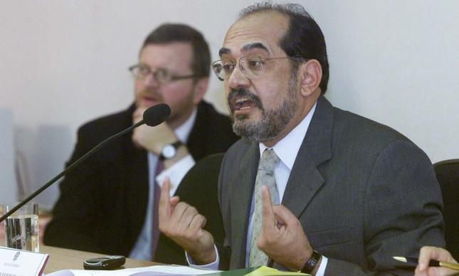 Gilmar Mendes responde a pergunta de senadores na sua sabatina,  em 15 de maio de 2002