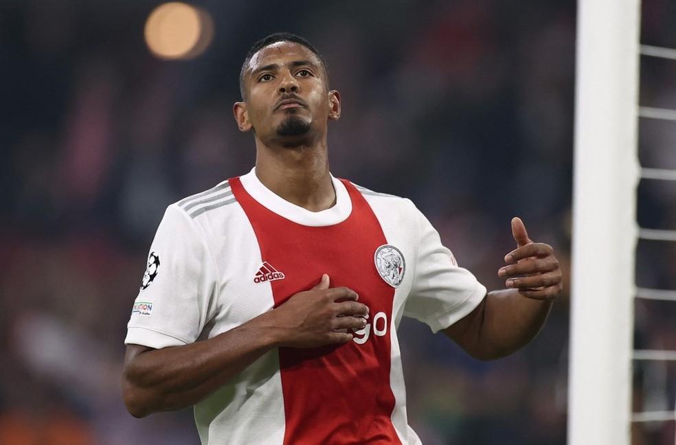 Haller, do Ajax, marca contra o Besiktas e se isola na artilharia da Champions League — Foto: AFP