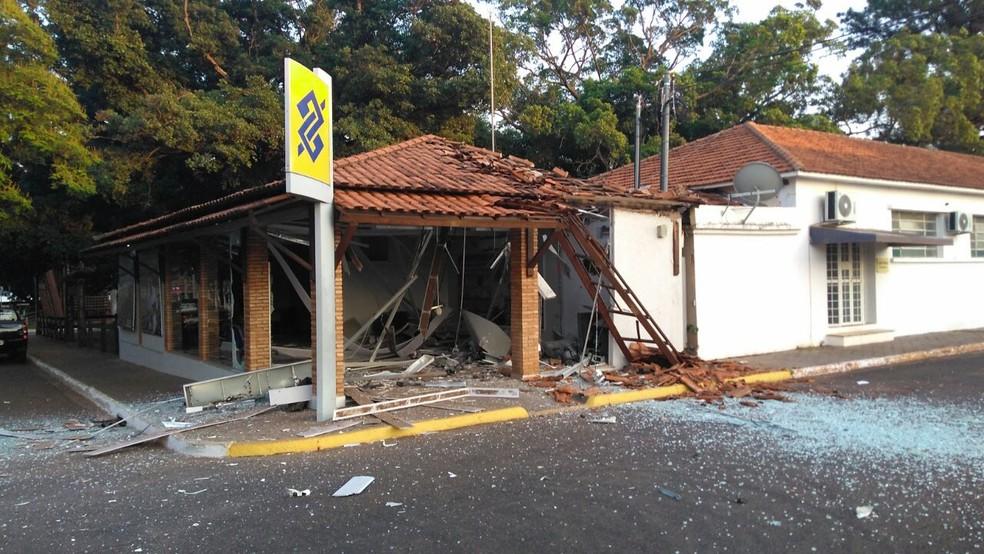 Agência bancária parcialmente destruída por ladrões em Campo Grande (Foto: Osvaldo Nóbrega/TV Morena)