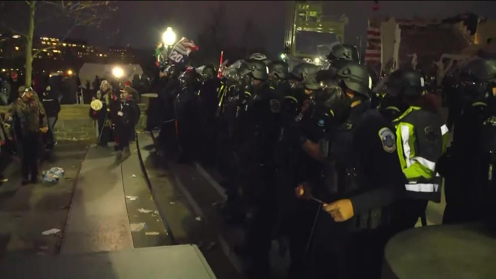 Forças de segurança retiram apoiadores de Trump do Capitólio — Foto: Reprodução/GloboNews
