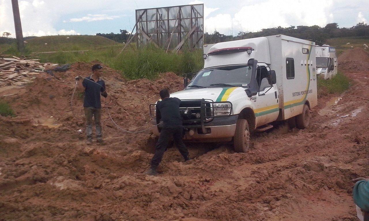 Sindicato cobra reparos em ramal que dá acesso ao presídio de Tarauacá, de onde fugiram mais de 30 presos durante obras