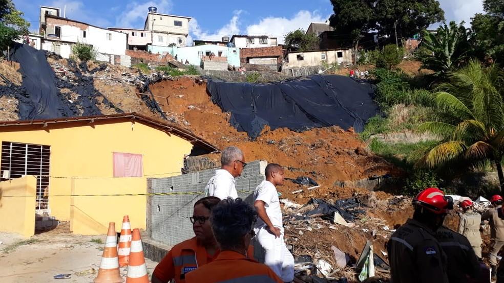 Deslizamento atingiu duas casas nesta terça-feira (24) — Foto: Bruno Fontes/TV Globo