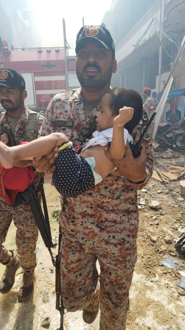 Soldado resgata criança (Foto: Reprodução: The Sun/ Twitter )