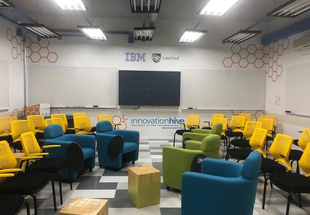 Innovation Hive, espaço inaugurado hoje na Saint Paul Escola de Negócios. Configuração com aceiras e poltronas é só uma das muitas possíveis (Foto: Divulgação)