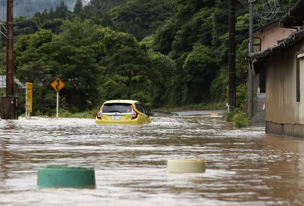Carro quase submerso em Yatsushiro — Foto: Kyodo / via AP Photo