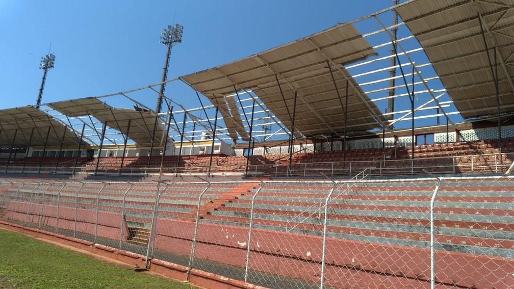 Estádio Alfredo de Castilho teve cobertura da arquibancadas danificadas na madrugada — Foto: Bruno Freitas/EC Noroeste