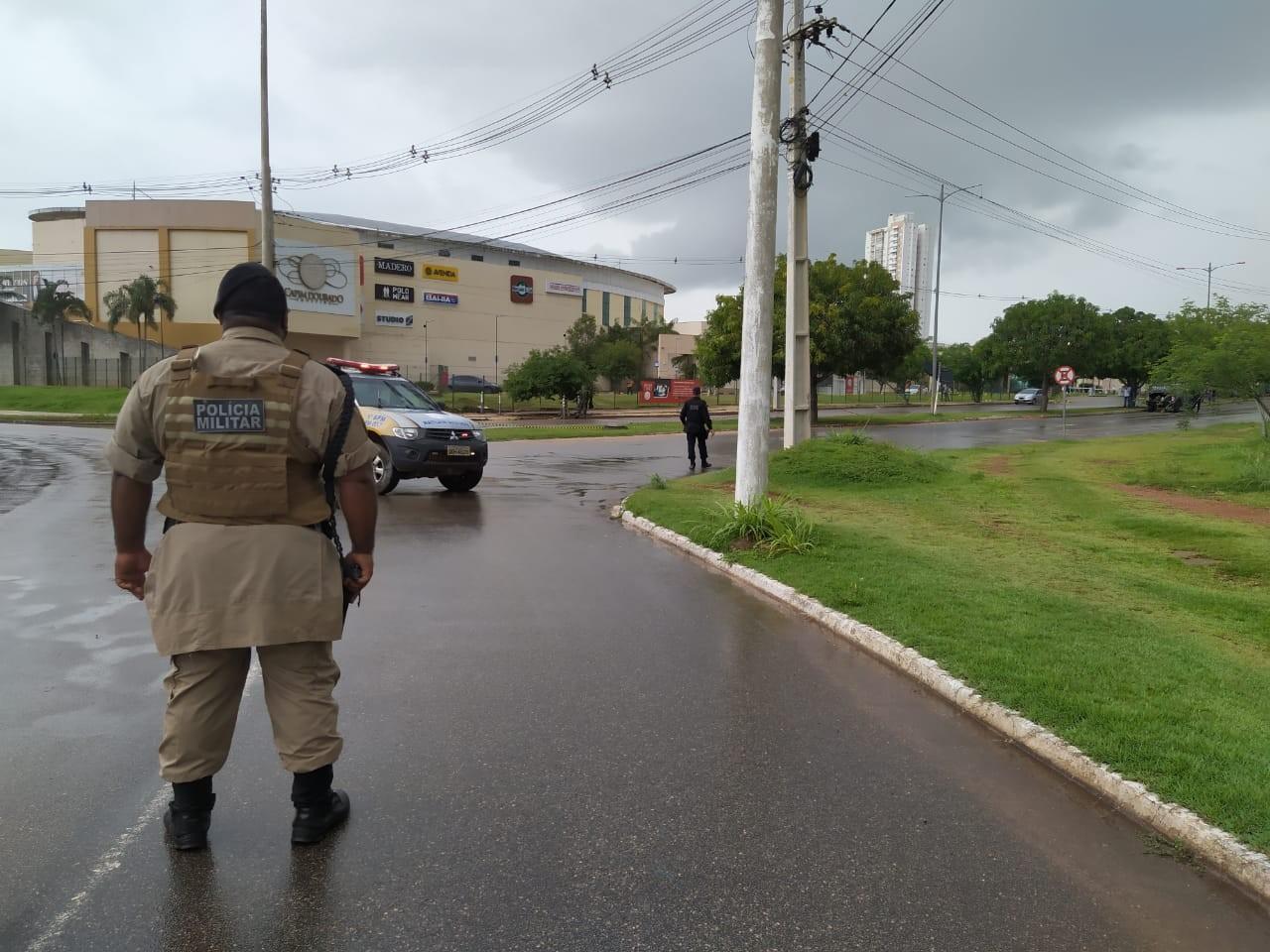 Shopping tem entrada bloqueada após caixas suspeitas serem encontradas; esquadrão antibombas verifica material