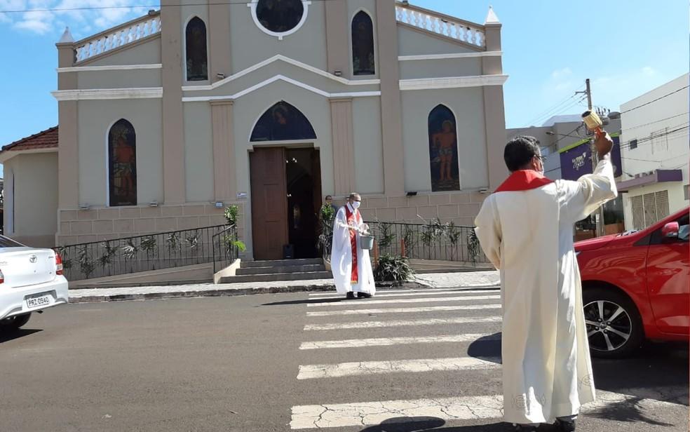 Fiéis recebem bênçãos dentro de carros, em Rio Verde, Goiás — Foto: Fábio Lehmen/TV Anhanguera