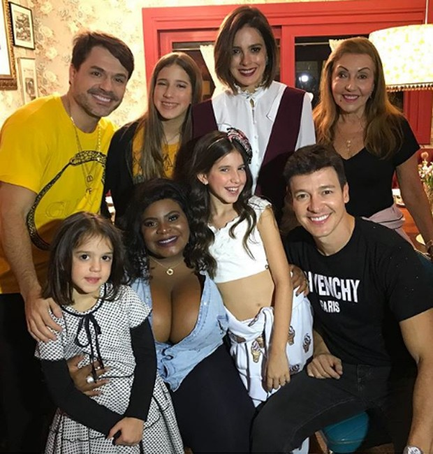 Jojo Todynho posa com a família de Rodrigo Faro (Foto: Reprodução/Instagram)
