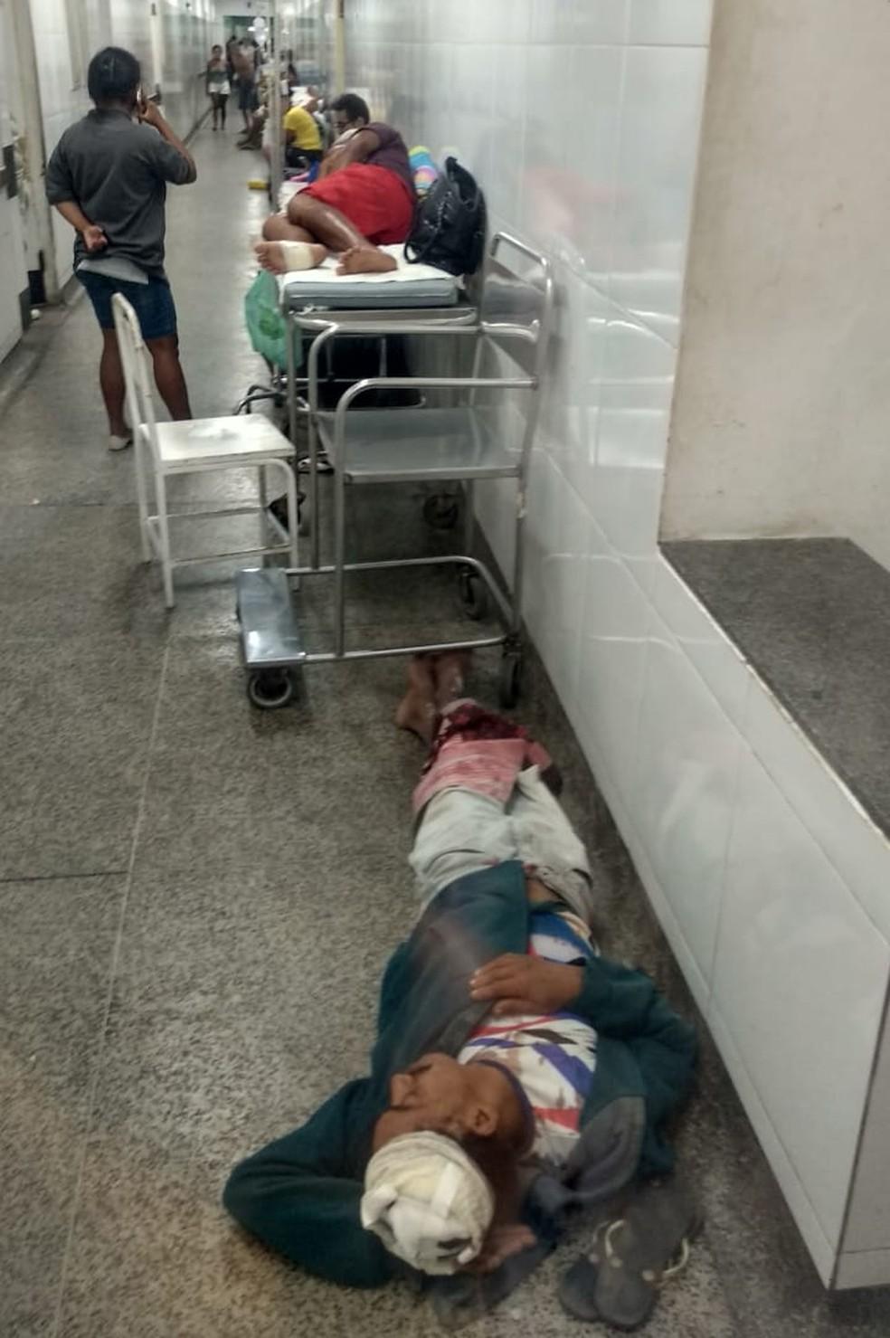Paciente deita no chão no Socorrão 1, em São Luís — Foto: Douglas Pinto/TV Mirante