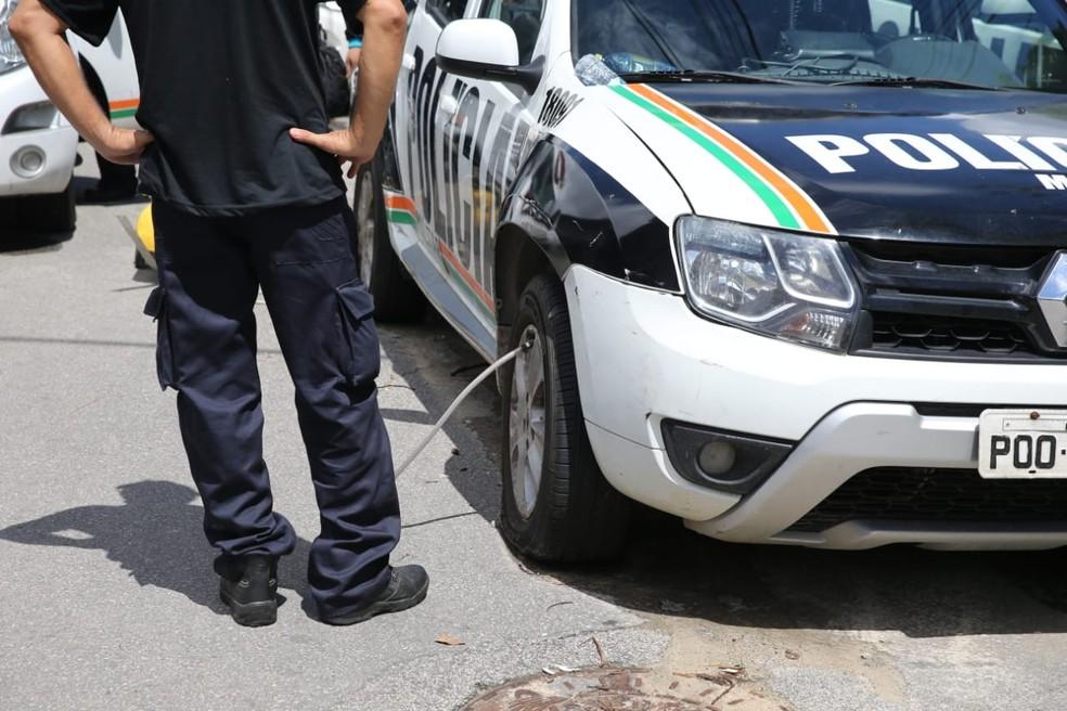 Borracheiro enche pneus de viaturas danificadas durante paralisação da polícia em Fortaleza — Foto: Fabiane de Paula/SVM