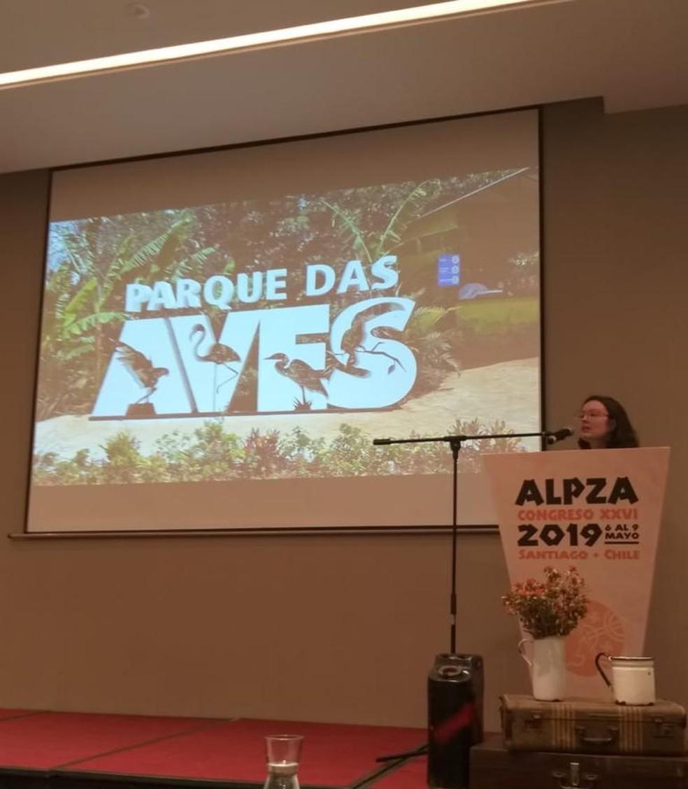 A gerente de comunicações, Melissa Correa, em um dos congressos que participou representando o Parque das Aves — Foto: Melissa Correa/Arquivo pessoal