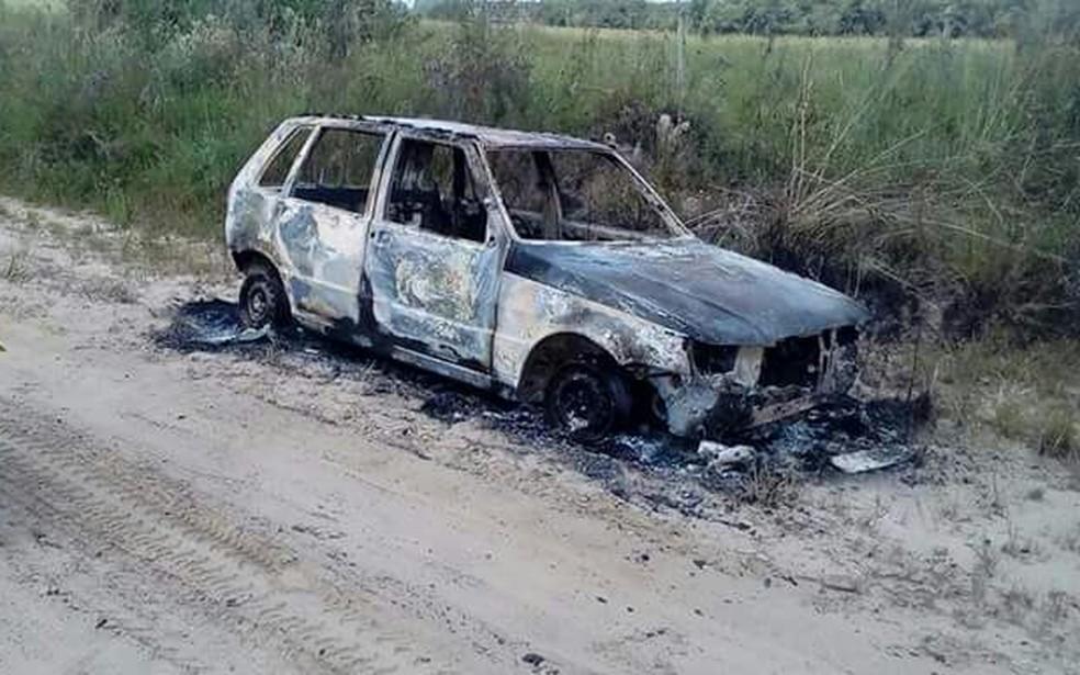 Carro foi queimado no dia seguinte ao crime, em São Vicente do Sul (Foto: Polícia Civil/Divulgação)