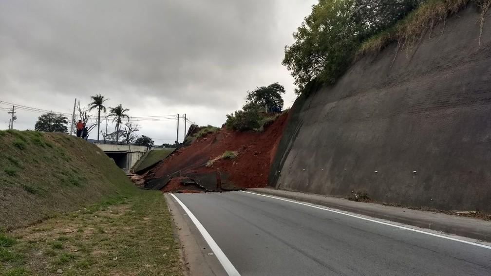 Aconteceu um desmoronamento de terra, na Raposo Tavares, em São Roque, nesta quarta-feira  (Foto: João Manoel Bathaus/Arquivo Pessoal)