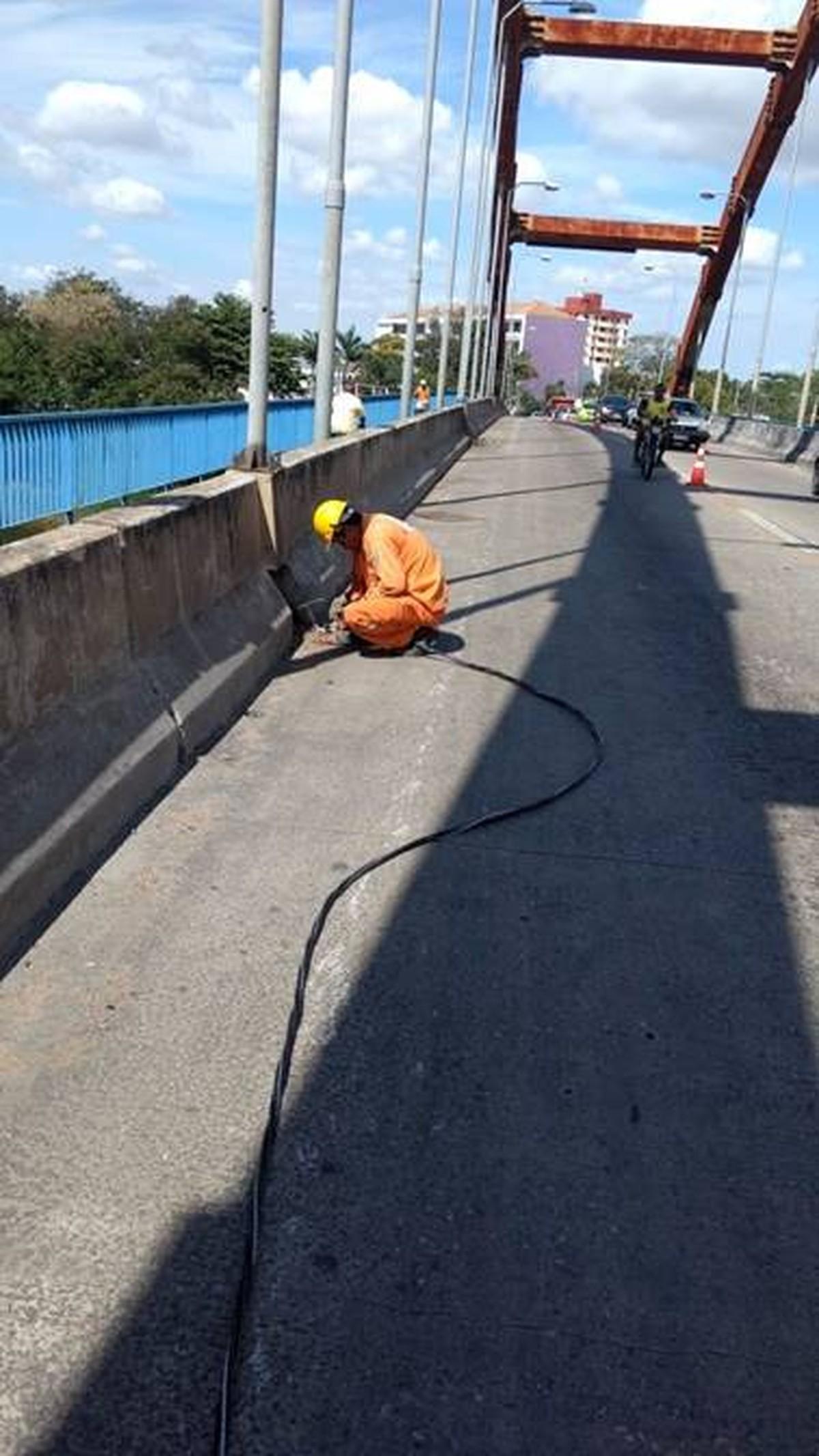 Conserto para restabelecer iluminação deixa Ponte General Dutra, em Campos, com trânsito parcialmente interditado