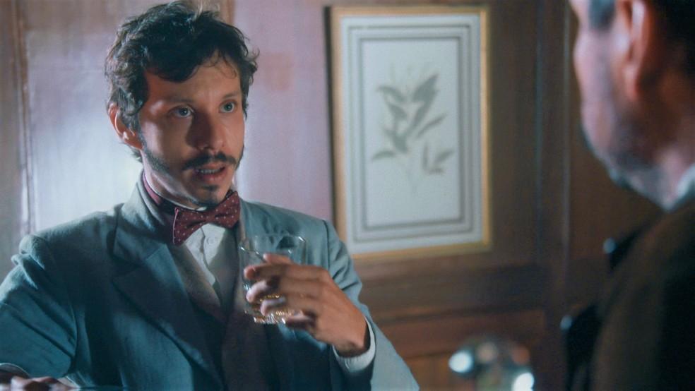 Nélio (João Pedro Zappa) escuta armação de Tonico (Alexandre Nero) em 'Nos Tempos do Imperador' — Foto: Globo