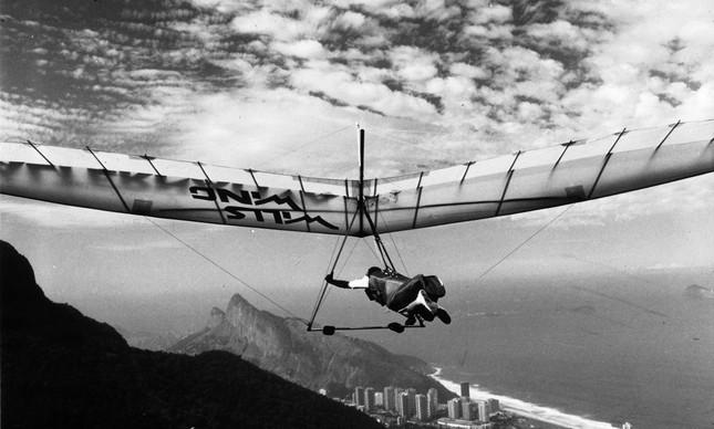 O piloto após saltar na pista de decolagem em São Conrado, em junho de 1989