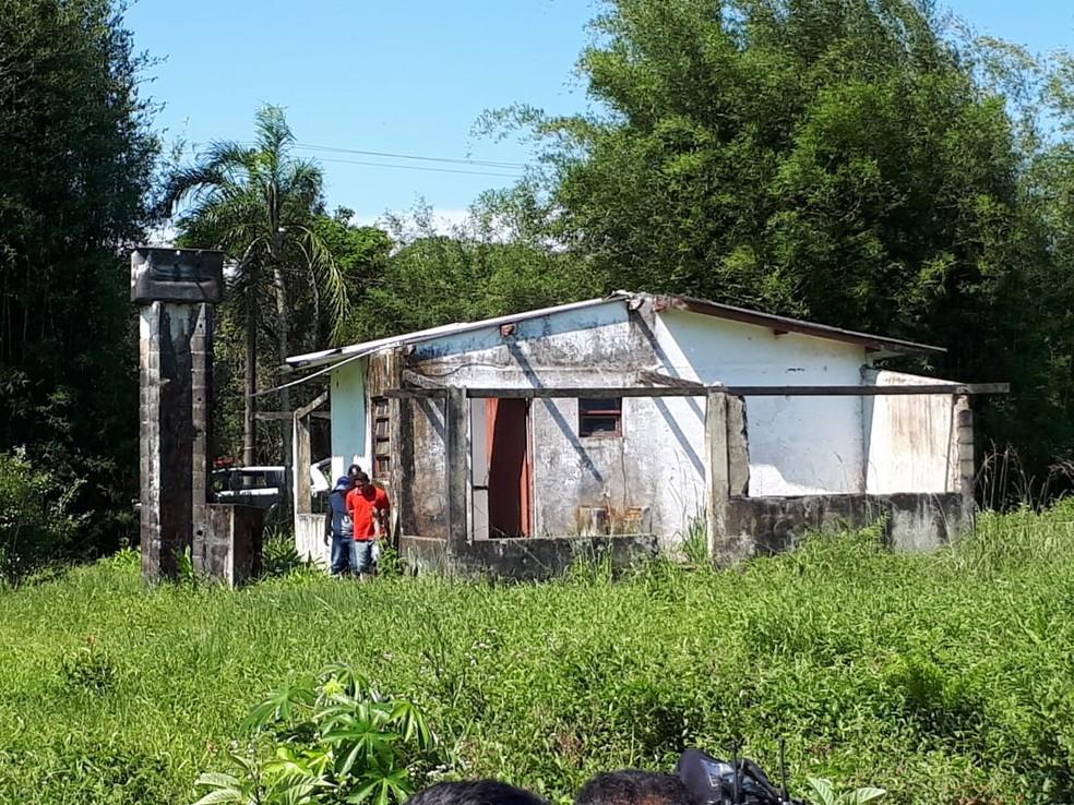 Travesti e agressor moravam nesta casa em Itanhaém, SP �- Foto: Divulgação/Polícia Civil