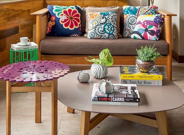 No ambiente da arquiteta Daniella de Barros, o nude foi escolhido para o tampo da mesa de centro. Objetos coloridos ao redor valorizam o tom. (Foto: Edu Castello/Editora Globo)