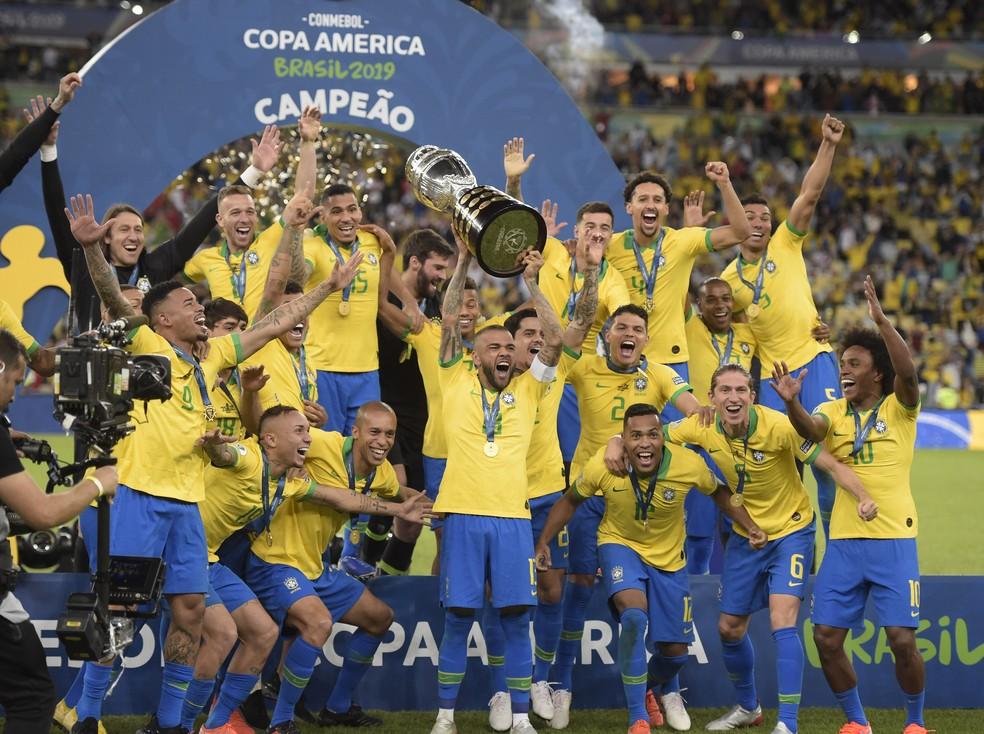 Daniel Alves levanta taça da Copa América 2019 — Foto: André Durão