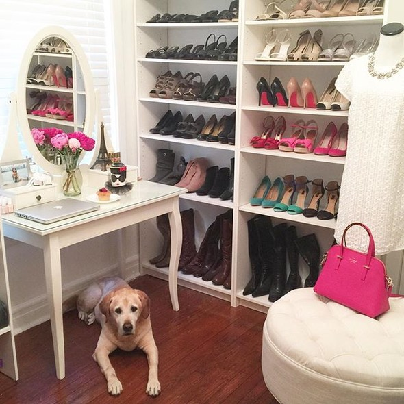Para apoiar a bolsa, uma sacola de compras e para se sentar ao calçar um sapato. Closet que se preze precisa ter um pufe.  No ambiente da @flightgirlfashion, há também uma penteadeira usada para apoiar o notebook
