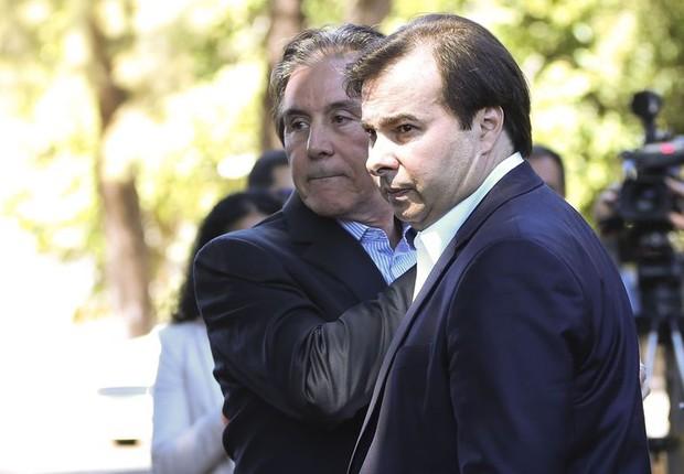 O presidente da Câmara Rodrigo Maia (DEM-RJ) e o presidente do Senado Eunicio Oliveira (PMDB-CE) falam com jornalistas (Foto: Marcelo Camargo/Agência Brasil)