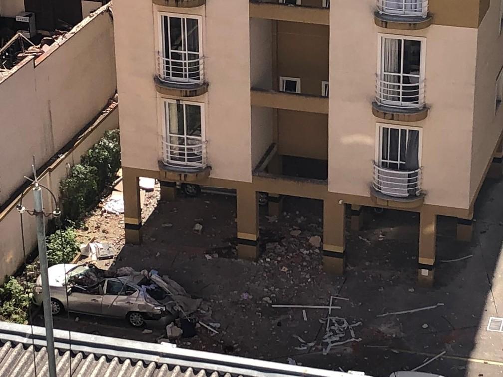 Destroços da explosão atingira um carro que estava estacionado na área do prédio — Foto: Amanda Menezes/RPC