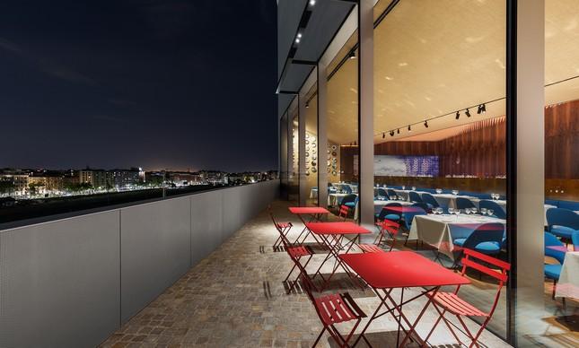 Um terraço externo também foi projetado para acolher também uma parte do restaurante